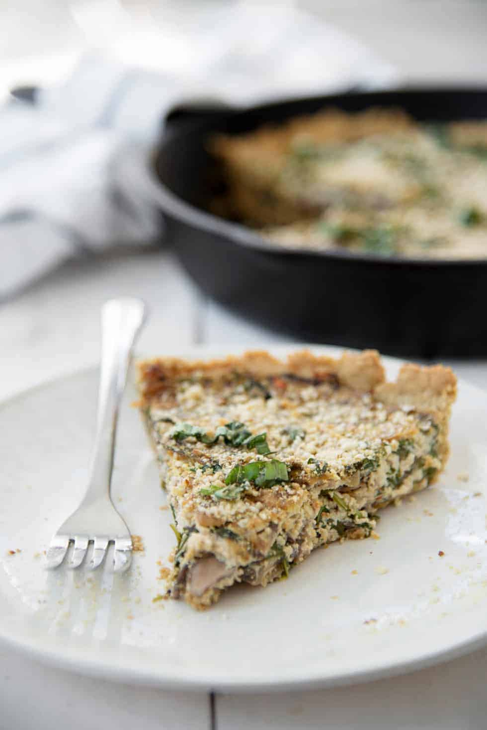 Vegan and Gluten-Free Arugula and Mushroom Quiche! Oat crust topped with mushroom and arugula tofu filling. Hearty meal, perfect for brunch, breakfast or dinner. | www.delishknowledge.com