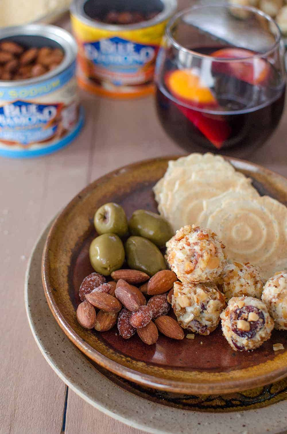 4 Ingredient holiday appetizer idea! Blue Cheese and Almond Balls! Easy entertaining idea, a must for get-togethers this winter! @bluediamond | www.delishknowedge.com