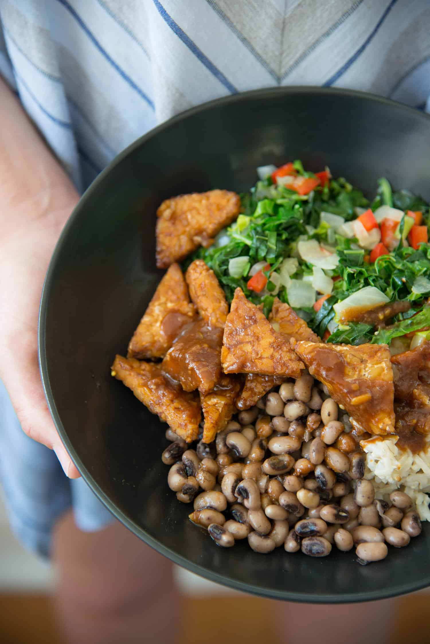 These bowls are amazing! Collard greens and tempeh BBQ bowls. Sauteed greens, brown rice, black-eyed peas, BBQ tempeh and sauce. vegan & gluten-free | delishknowledge.com
