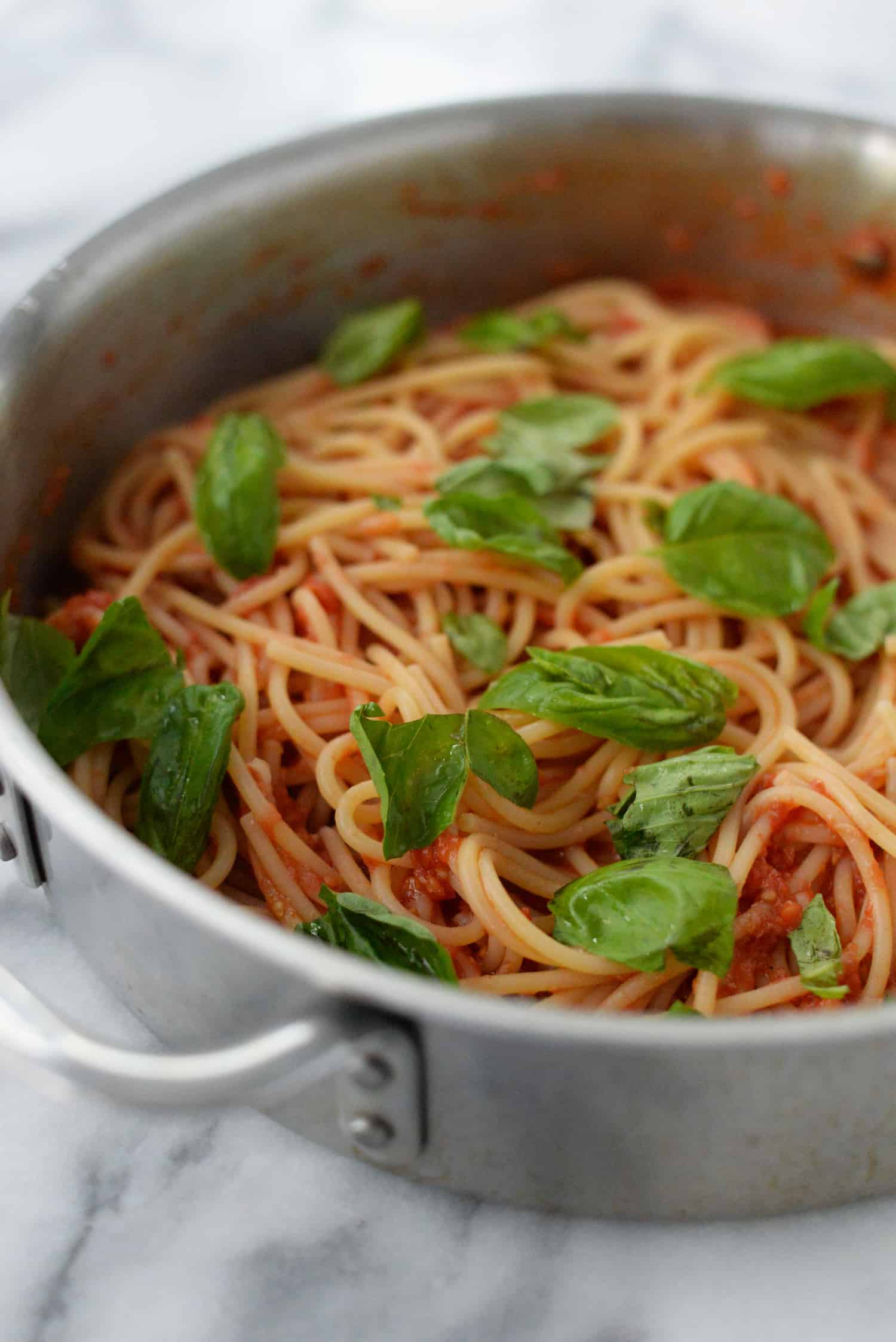 Fresh Tomato Sauce with Spaghetti! This cheaters pomodoro is the only recipe you need for summer tomatoes! A trick for perfect tomato sauce without any fancy tools. Ready in just 20 minutes! Vegan and vegetarian. | www.delishknowledge.com