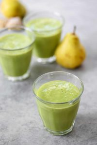 Ginger Pear Smoothie! You've gotta try this healthy green smoothie option with pear, ginger, spinach and cinnamon. Vegan and gluten-free | www.delishknowledge.com