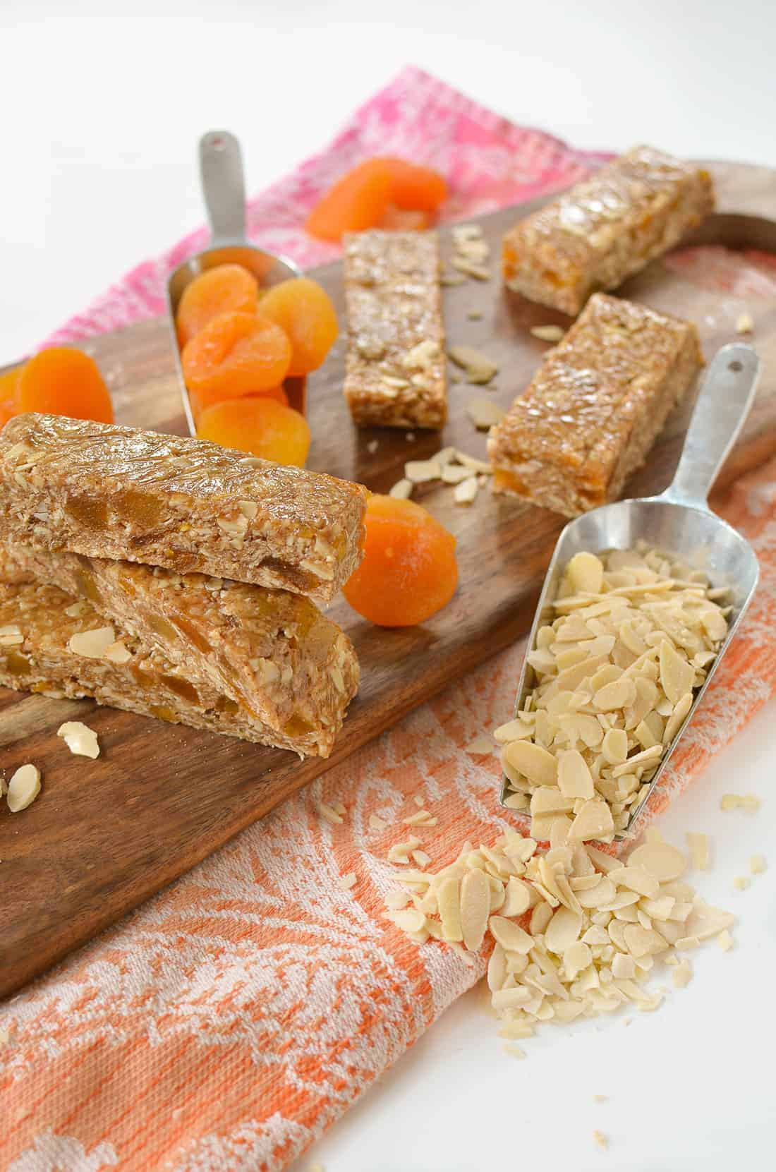 No Bake Almond Apricot Granola Bars! These healthy energy bars take less than 10 minutes to make and are packed with protein, fiber and nutrition! Gluten-Free with #vegan option | www.delishknowledge.com