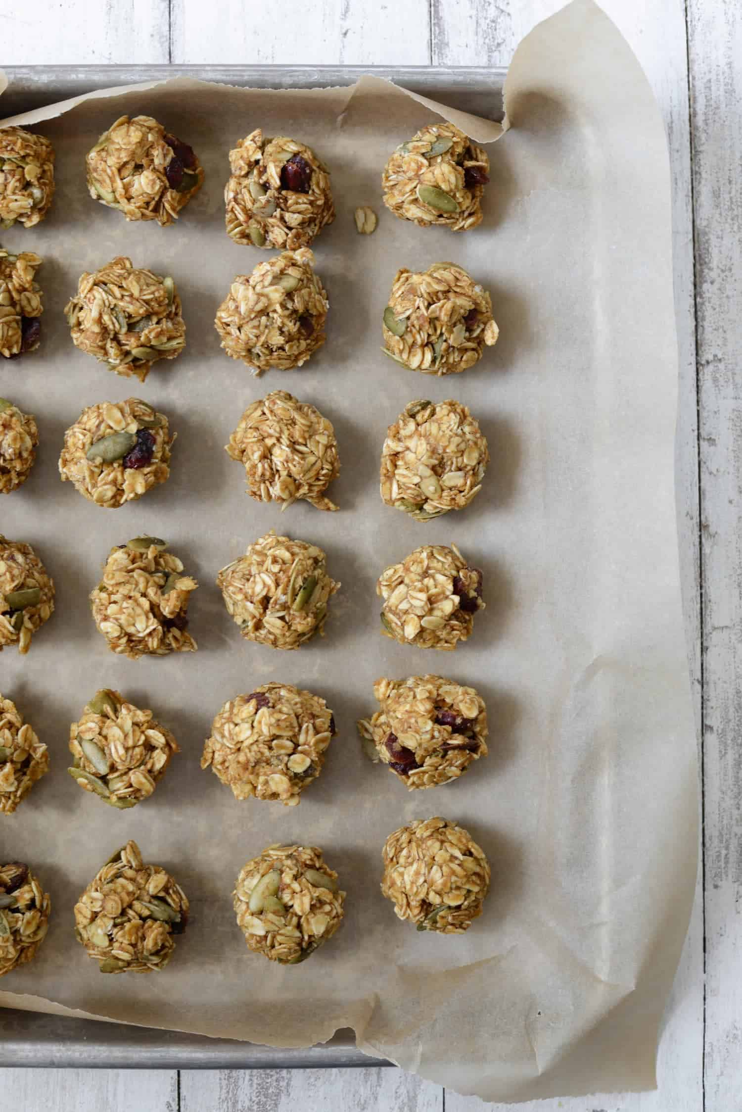 Pumpkin Cranberry Energy Bites! Looking for a healthy pumpkin treat? This is it! Rolled oats, dried cranberries, pepitas, pumpkin spice in a granola bar bite form. Gluten-Free and easily vegan. | www.delishknowledge.com