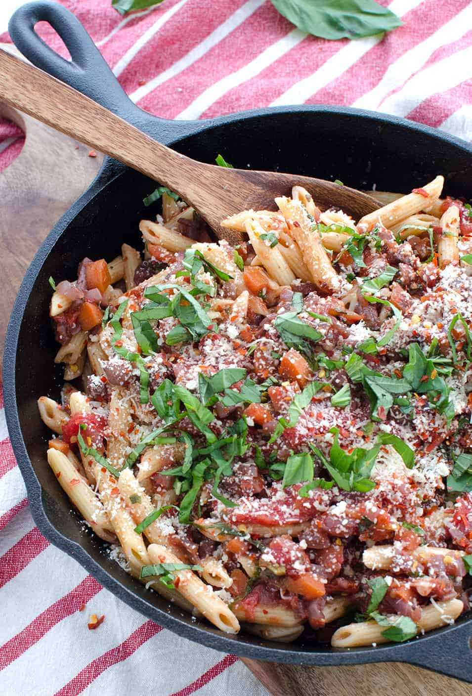 The BEST weeknight pasta! You've gotta try this vegetarian pasta. Spicy vegetable marinara over dreamfields pasta. | www.delishknowledge.com
