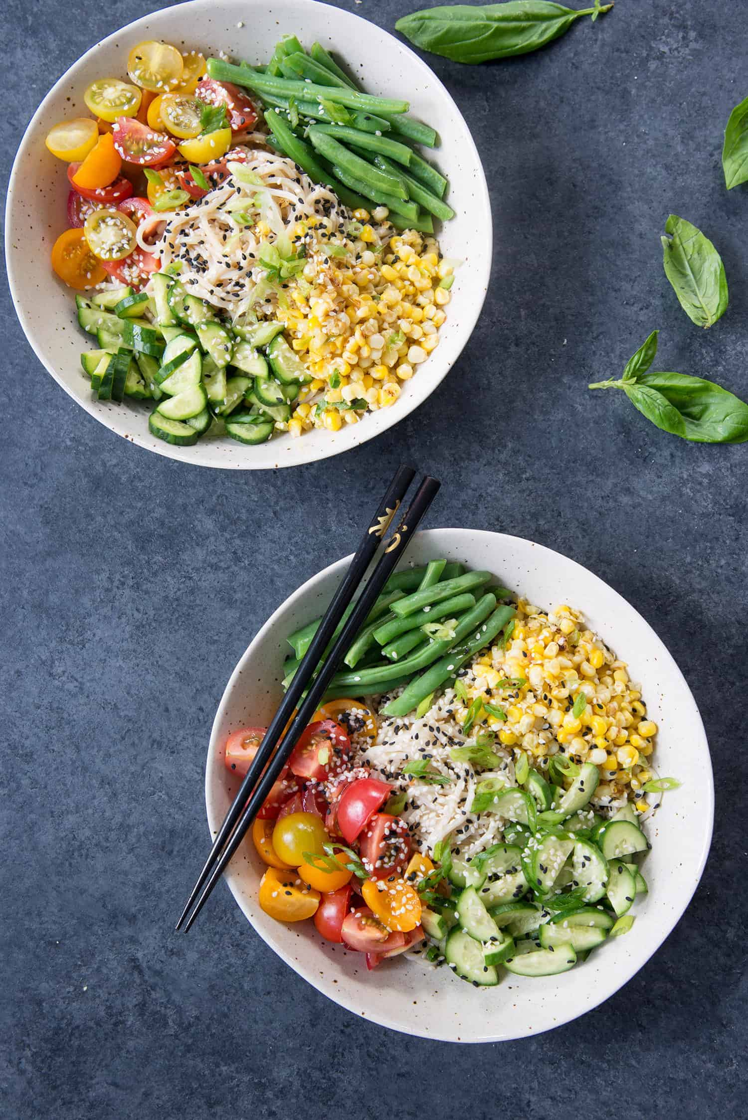 Summer Ramen Noodle Salad! You've gotta try this cold salad filled with ramen noodles, green beans, tomatoes, cucumbers, corn and a ponzu sauce. Vegan | www.delishknowledge.com