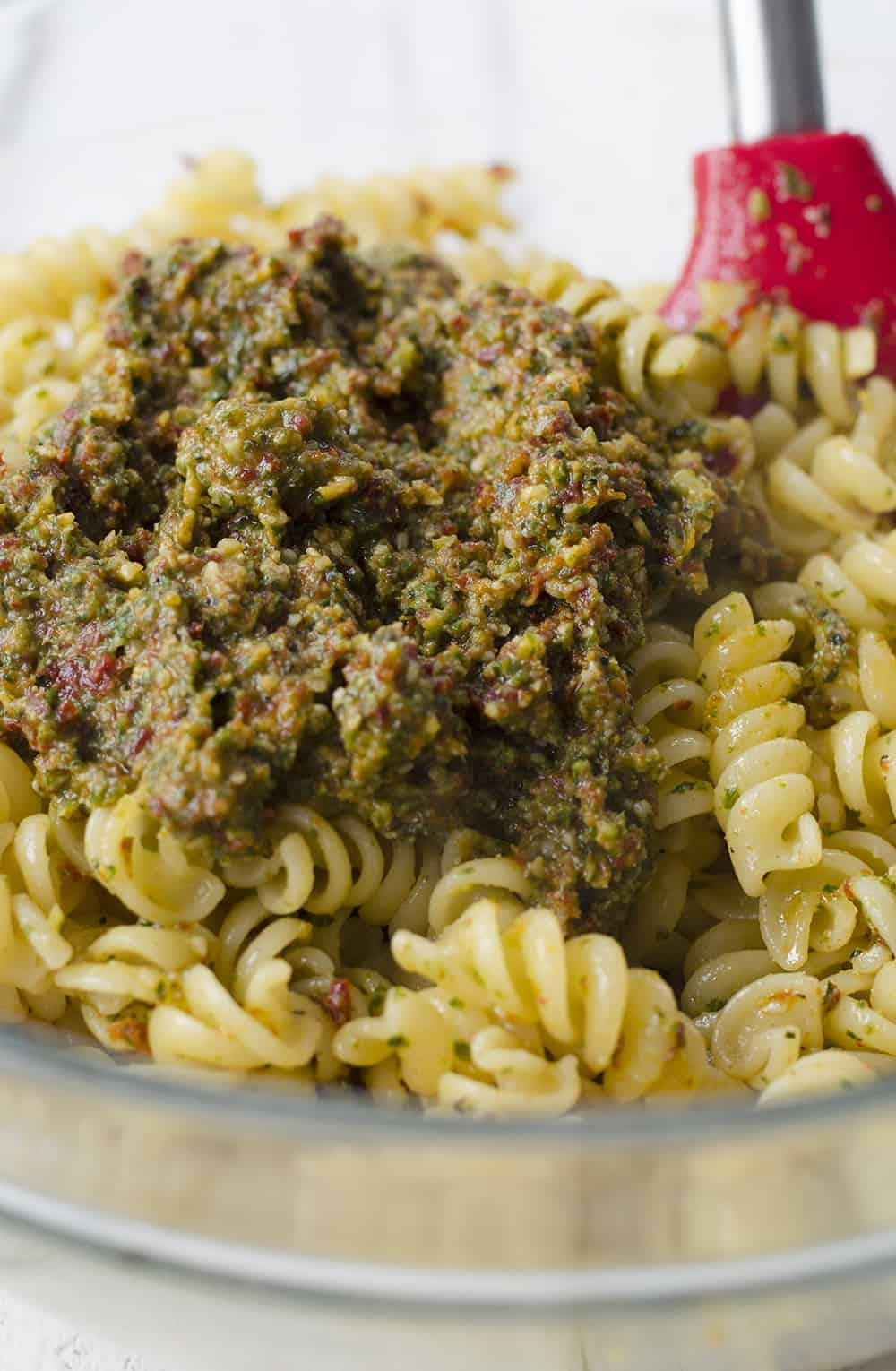 Sun Dried Tomato Pesto Pasta! This 7 ingredient dinner is ready in just 20 minutes, perfect for busy nights! Vegetarian, easily vegan. | www.delishknowledge.com