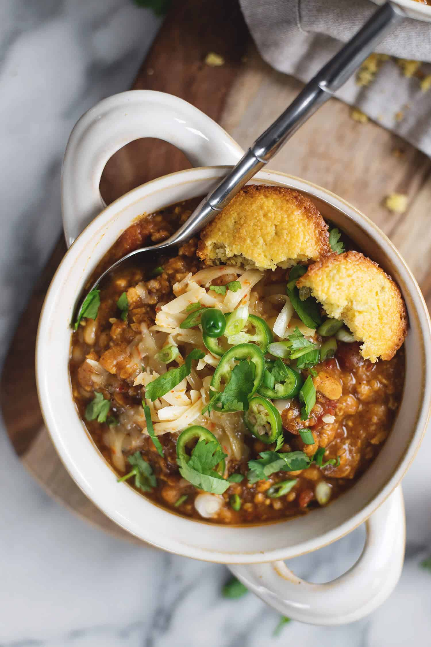 Tempeh Chili! This is the perfect meatless chili, packed with fiber and protein. Rich, hearty, vegan and gluten-free. | www.delishknowledge.com