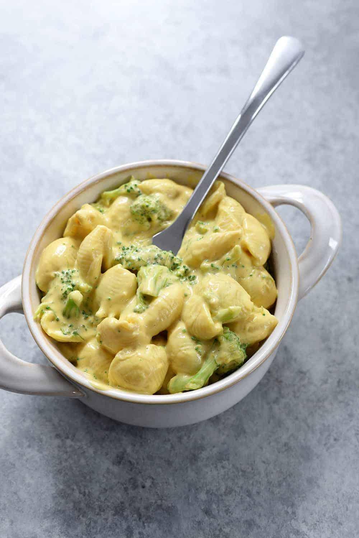 mug of vegan broccoli mac and cheese