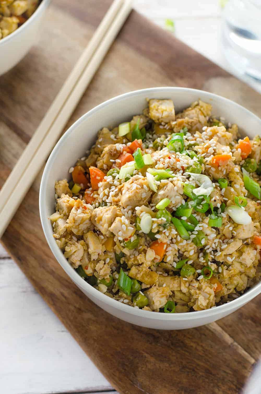 Easy Vegan Cauliflower Fried Rice! Ready in less than 20 minutes, low-calorie, low-fat, low-carb and DELICIOUS! Vegan and Gluten-Free | www.delishknowledge.com