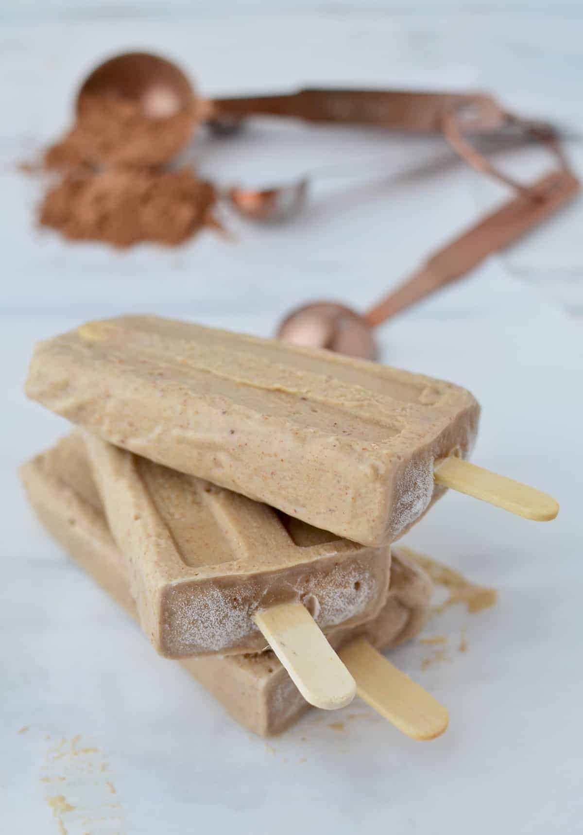 A kid-friendly dessert you can feel GOOD about! Almond butter + banana popsicles! Dairy-free, #vegan and #glutenfre. Only 5 ingredients! | www.delishknowledge.com