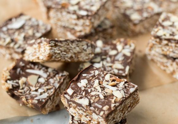 Almond Joy Granola Bars! You are going to love these healthy granola bars, taste just like an almond joy. Oats, toasted coconut and almond butter base with a chocolate topping. Vegan and Gluten-Free. | www.delishknowledge.com