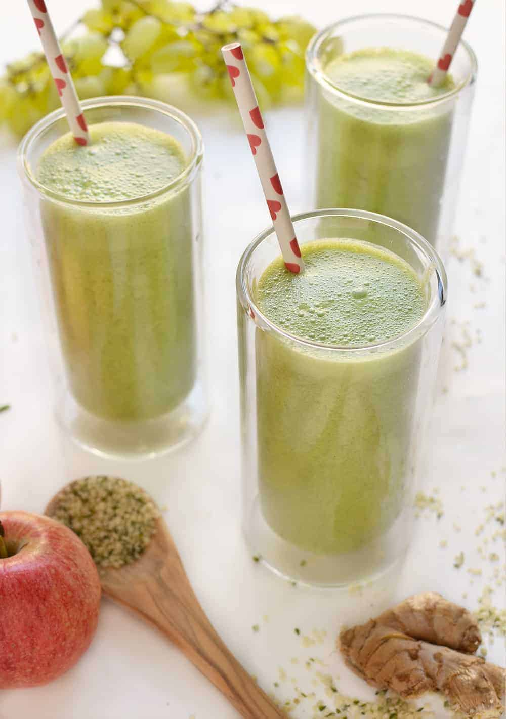 Apple Green Ginger Smoothie! This superfood smoothie is perfect, nutrient dense snack. Take a break from #pumpkineverything with this one! Apple & Ginger, perfect for fall. | www.delishknowledge.com