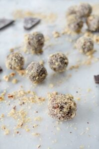 Nutella Truffles! Healthy truffles made with only 5 ingredients! Vegan, glutenfree and naturally sweetened. You've gotta make these! | www.delishknowledge.com
