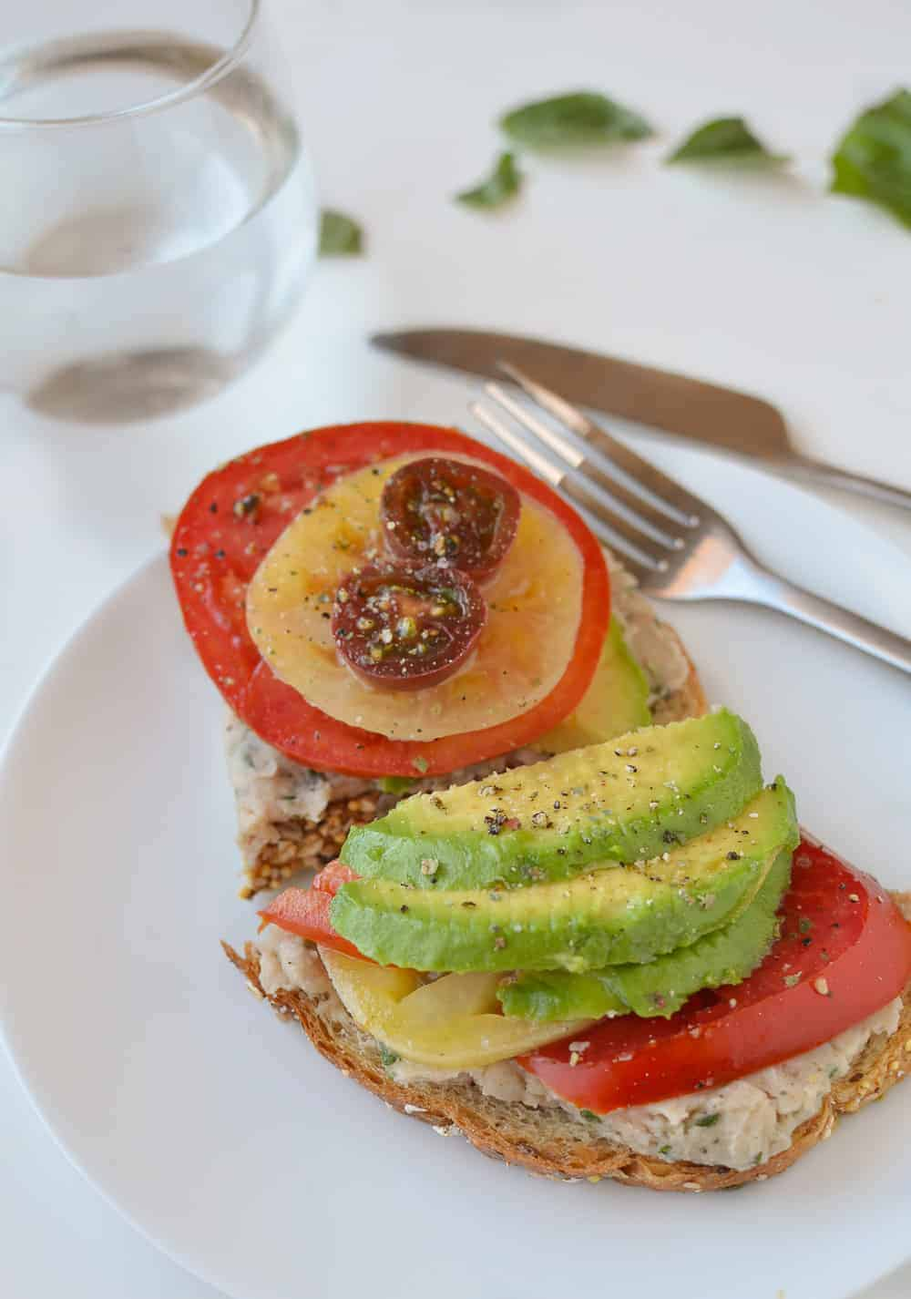 White Bean Tomato Avocado Toasts! These vegan toasts are so easy ...